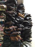 Sapatas de couro lisas razoavelmente usadas ocasionais usadas dos homens das sapatas