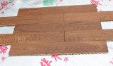 Разнослоистый пол инженерства зерна хватки руки твердой древесины