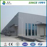 2階建ての鉄骨構造の倉庫の工場