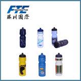 Пластичный спорт выпивая напольную бутылку воды