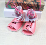 Выдолбите вне высокие ботинки младенца помощи