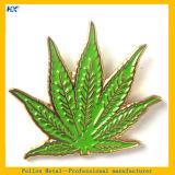 Pin plateado oro suave verde de la escritura de la etiqueta del esmalte del diseño de la hoja