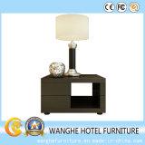 標準的なホテルの寝室の家具のベッドサイド・テーブル