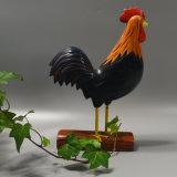 Gallo de madera tallada para la decoración casera
