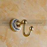 Acessórios fixados na parede dourados do banheiro