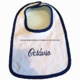 カスタマイズされたデザインロゴによって刺繍される白い綿のテリーの昇進のカスタマイズされた赤ん坊の胸当て