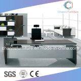Einfacher stilvoller praktischer hölzerner Büro-Chef-Tisch