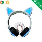 Telefono mobile variopinto alla moda sopra le cuffie dell'orecchio