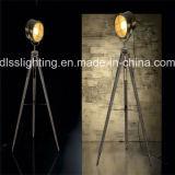 2017 de Uitstekende Leverancier van China van de Staand lamp van de Driepoot van Wood&Steel van de Vorm van de Schijnwerper Bevindende