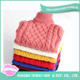 Tricotando manualmente a camisola de lãs das mulheres das senhoras da forma do pulôver