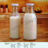 普及した飲み物、ミルク、水、ふたが付いている飲料のガラスビン