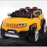 Giro dell'automobile elettrica dei bambini dell'automobile elettrica dei capretti sull'automobile del giocattolo