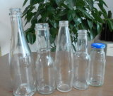 Botella de vidrio con salsa de tomate desenrosque la cápsula