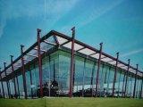 Sala d'esposizione chiara della struttura d'acciaio con la tenda di vetro