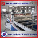 Une ligne ondulée transparente de machine d'extrusion de feuille de PVC de couche