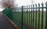 さまざまな品質の標準的な庭の金属の塀