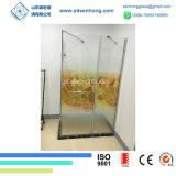 L'acido decorativo ha inciso l'oscillazione che fa scorrere il portello dell'acquazzone di vetro Tempered di Frameless