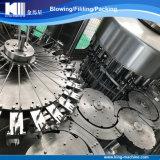 a a Z trabaja a máquina el agua mineral que llena y que embotella el pequeño fabricante