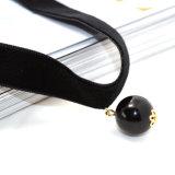 女性のための黒い真珠のペンダントが付いている黒いビロードのチョークバルブ