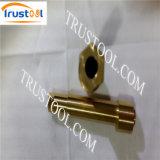 回り、製粉される真鍮の糸の棒シャフトの精密