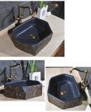 자연적인 6개의 입방체 돌에 의해 하는 지중해 고대 목욕탕 물동이