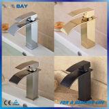 Taraud de mélangeur monté par paquet moderne de bassin de bassin de salle de bains de cascade à écriture ligne par ligne