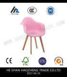O coxim plástico novo da cadeira - toda preto