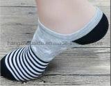 Люди типа способа улицы одевают незримый носок
