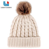 Moderner gestrickter warmer Hut für Frauen