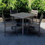 屋外の庭のテラスの家具ビストロの椅子表セットを食事する木製ビール腰掛けB&Rのアルミニウム藤