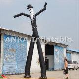 Uomo d'ondeggiamento del danzatore gonfiabile del cielo con il ventilatore