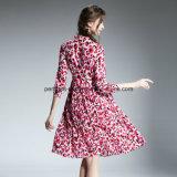 方法印刷の花の女性は中間の長さの女性の衣服に服を着せる