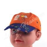 方法によってとかされる綿の子供の赤ん坊は帽子をからかう
