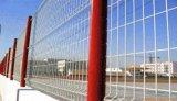 電流を通された粉の上塗を施してある金属の柵の囲うこと
