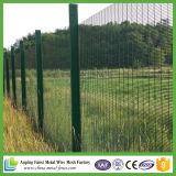 補強された金網の塀または電流を通される