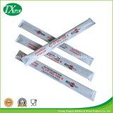 Palillos disponibles envueltos en papel de encargo del restaurante