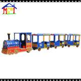 Поезд парада в парке атракционов для взрослого и детей