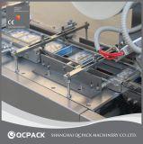 Film de cellophane au-dessus de machine d'emballage