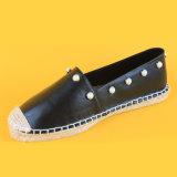 Pattini delle scarpe di tela fissati cuoio causale dell'unità di elaborazione della perla del nero di stile di modo delle donne