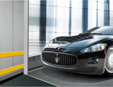 Elevación del coche del automóvil con velocidad constante y la cabina grande
