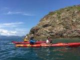 la persona 2 di 5.11m si siede in mare che fa un giro della canoa di plastica del kajak
