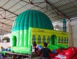 Bouncer gonfiabile commerciale poco costoso nella grande arena dell'interno del trampolino