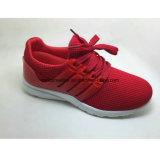 Тапки идущих ботинок вскользь ботинок спорта женщины
