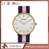 Montre rose de quartz de dames de sport de caisse d'or