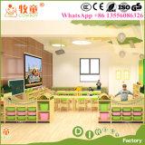 Kind-hölzerne Möbel, vor Schule-Klassenzimmer-Tisch-Stuhl-Schrank