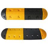 Gelber und schwarzer Verkehrssicherheit-Gummigeschwindigkeits-Stoß mit reflektierendem