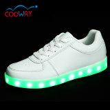 La zapatilla de deporte ocasional superior brillante LED del oro de 2017 ventas al por mayor se divierte los zapatos
