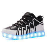 De tennisschoenen die op Lichtgevende LEIDENE van het Leer van Pu Tennisschoenen aansteken