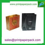 주문을 받아서 만들어진 Kraft 또는 광택지 부대 선물 부대 화장품 부대를 인쇄하는 최신 각인 색깔