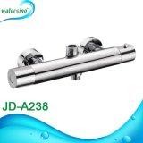 A superfície de mistura da água quente e fria do banheiro montou o Faucet do chuveiro do termostato